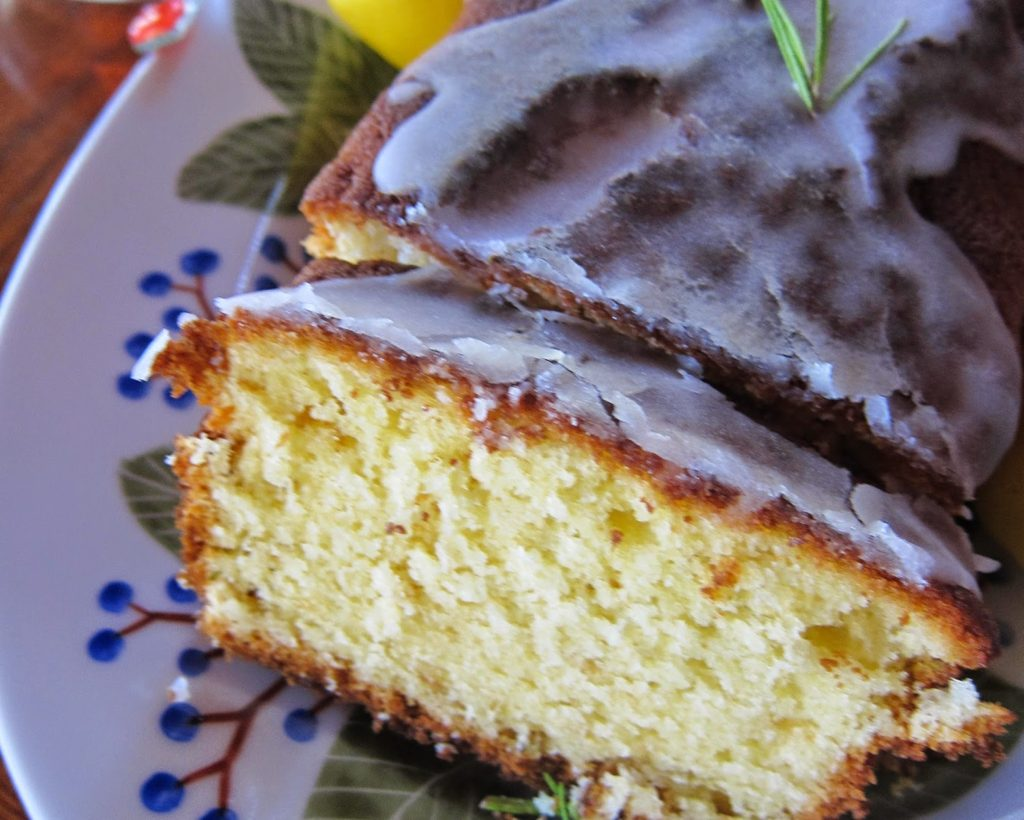 Lemon cake with rosemary and yogurt